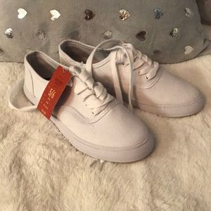 New Mossimo white shoes NWT size 5/6